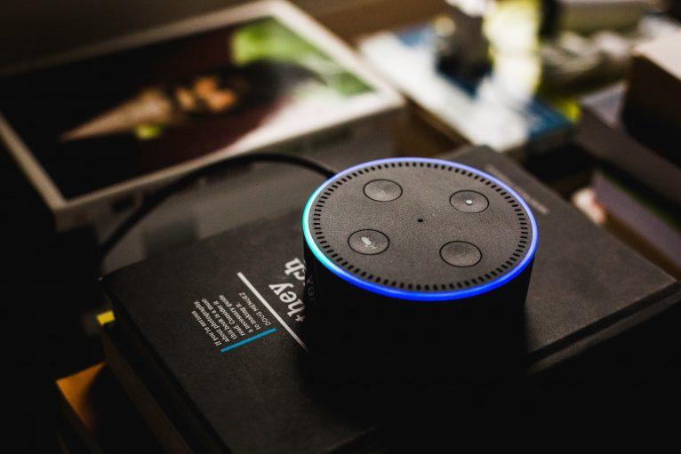 Alexa Echo Dot auf Büchern